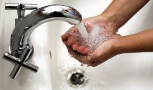 Почему от воды чернеют руки