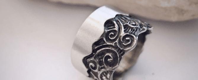 Почему от воды чернеет серебро