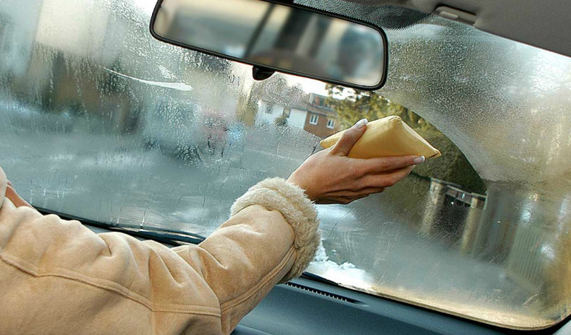Почему в дождь потеют стекла в машине
