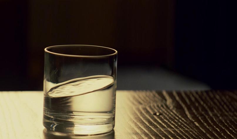 Почему в перевернутый стакан не попадает вода