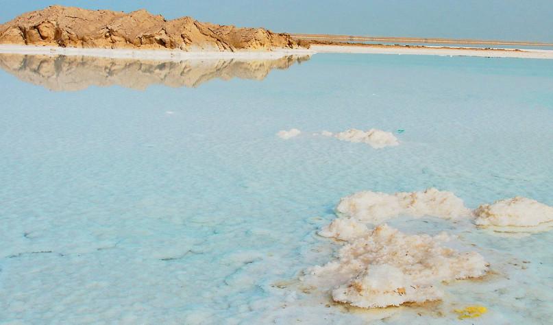Почему вода растворяет соль