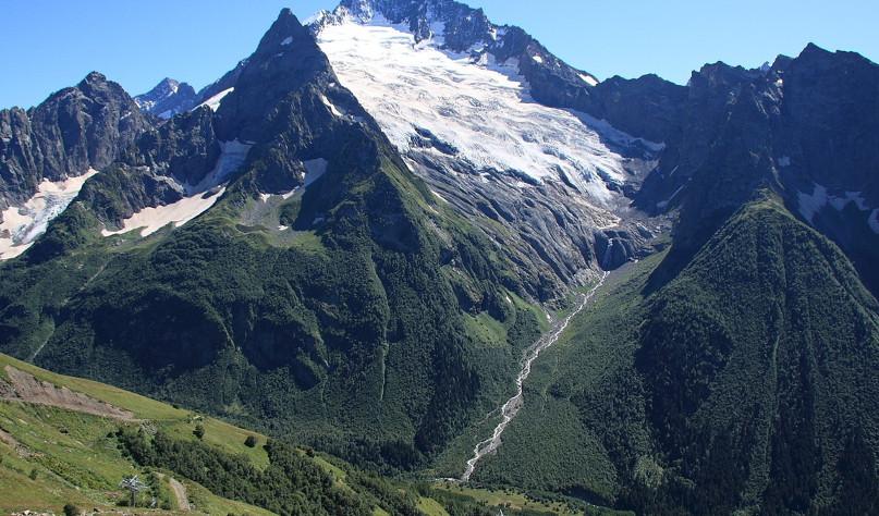 Почему на вершинах гор лежит снег