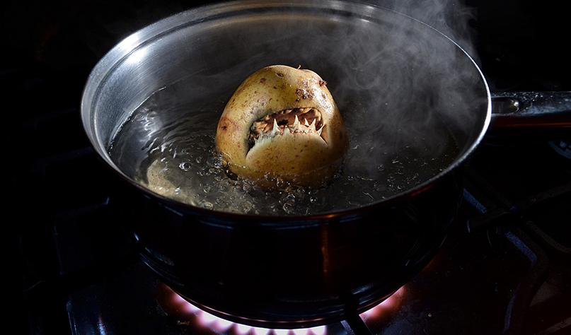 Почему чернеет вода при варке картофеля